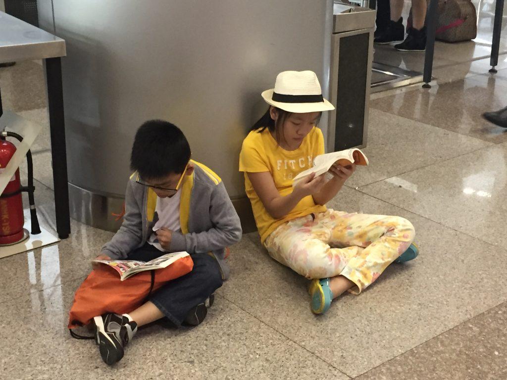đọc sách tại sân bay