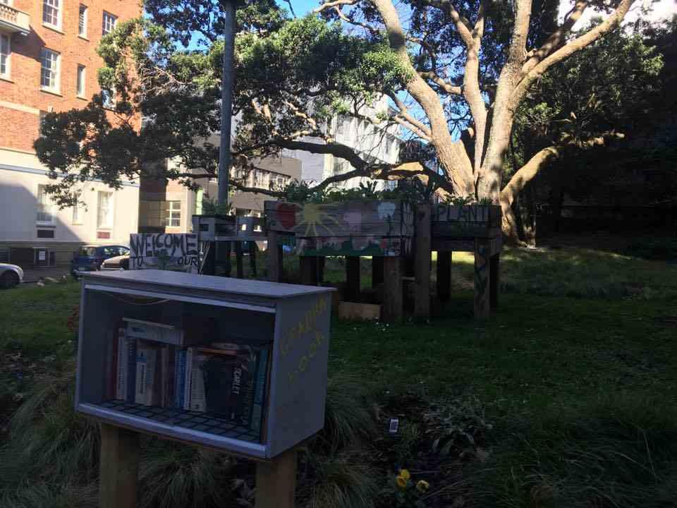 Маленькие книжные шкафы вдоль дороги